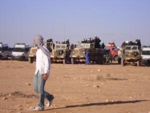 Militares y gendarmer+¡a marroqu+¡ alrededor del campamento de Gdeim Izik