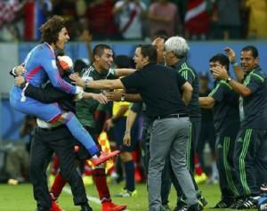 Ochoa-celebra-Piojo-goles_MILIMA20140623_0459_30