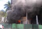 Cuatro trabajadores salvan la vida al incendiarse edificio en construcción. FOTOS
