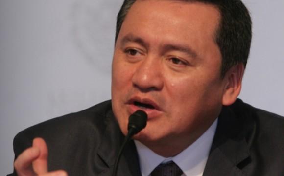 Peña gobierna sin pensar en encuestas: Osorio Chong