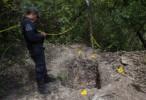 Encuentran nuevas fosas con restos humanos, mochilas, lapiceros…