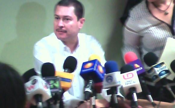 Sin responder una sola pregunta, Óscar Valdez habla de arresto de su hermano