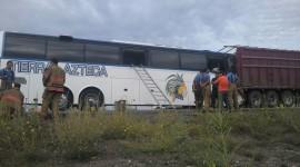 Choca autobús turístico contra trailer: un muerto y 11 heridos