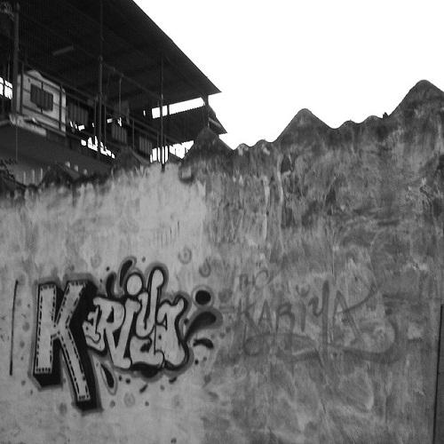 La 'placa' en el muro derruido.