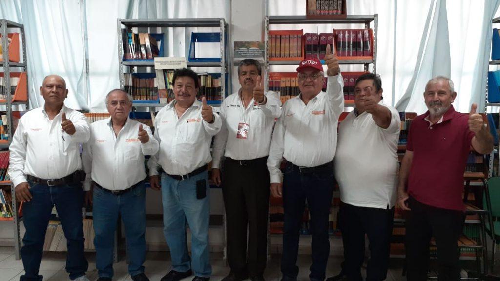 FOTO 4 CARLOS REA FOTO EN EL REGISTRO DE SU PLANILLA A LA SRIA GRAL DEL SNTE 27