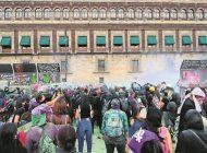 Gobierno de la CDMX deberá explicar uso de gas lacrimógeno en el 8M: AMLO