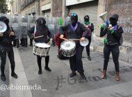Policía de CDMX encapsula colectivas feministas afuera de Palacio Nacional